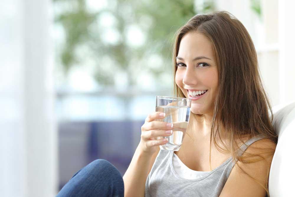 Bere molta acqua per combattere il raffreddore