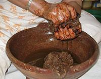 Malaxage impasto da cui si ottiene l'olio di argan