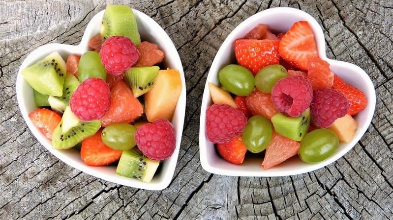 frutta dentro delle ciotole a forma di cure